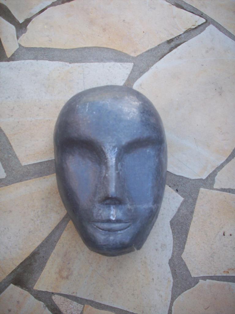Poursuite de la réalisation des traits du visage.