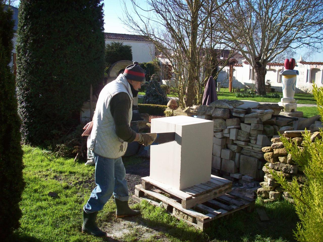 Découpe d'un bloc de pierre calcaire afin de le scinder en deux.