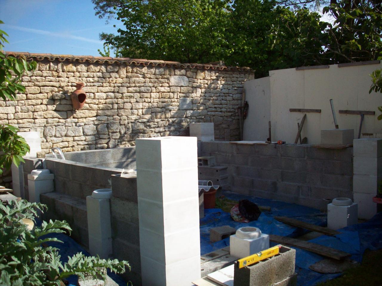 L'abri de jardin en cours de construction.