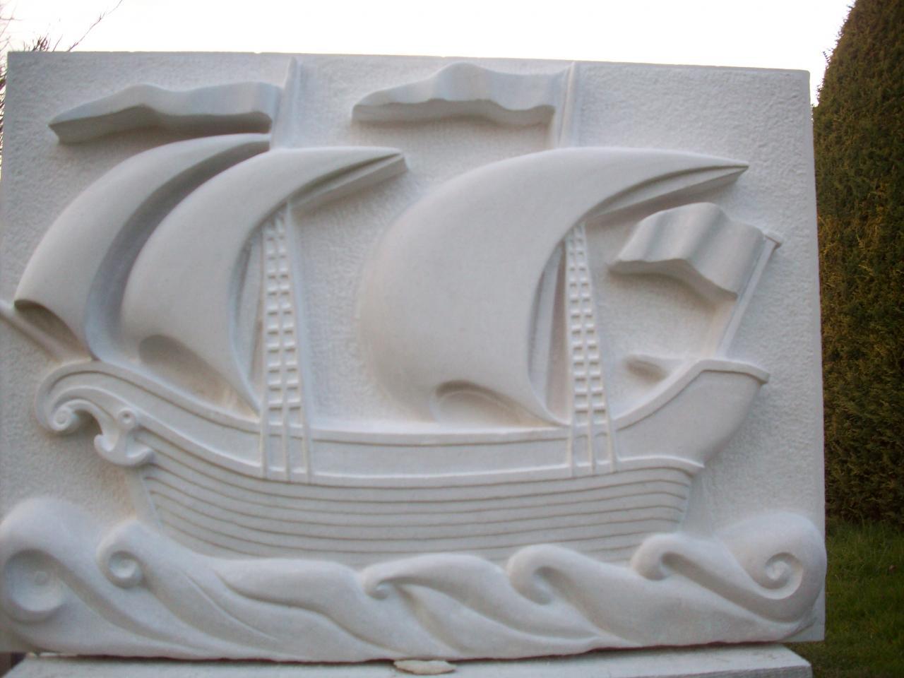Bateau à voiles, genre caraque, réalisé sur de la pierre calcaire.