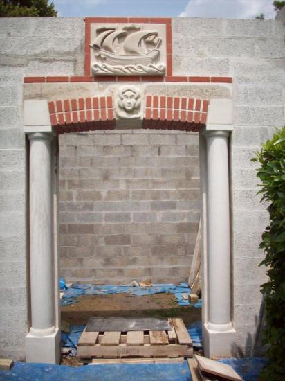 Habillage de la façade et du portail d'entrée, en cours.