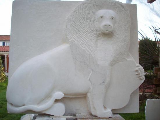 Lion tenant un écu