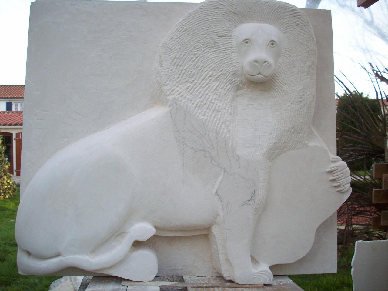 Lion tenant un écu.