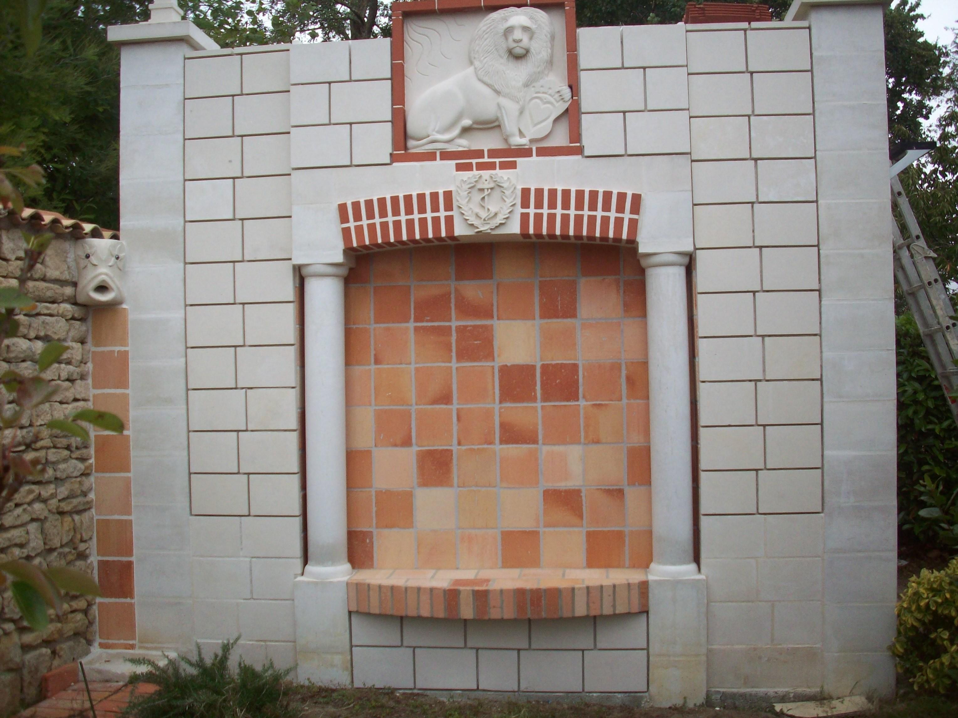 Façade ouest du bâti, sculptures et parement, reste à faire le jointage.