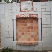 Façade ouest de l'abri avec ses sculptures et son parement , reste à faire le jointage.
