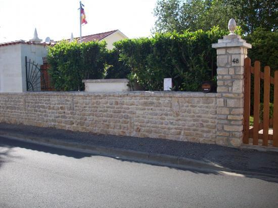 Mur d'enceinte , vue prise de la rue Paul Berjonneau