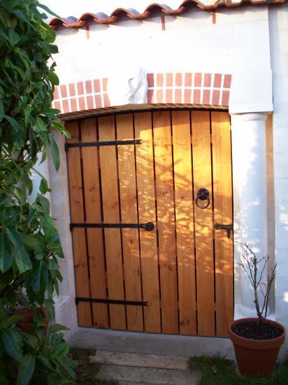 Portail disposé à l' entrée du bûcher et clôturant la fin des travaux