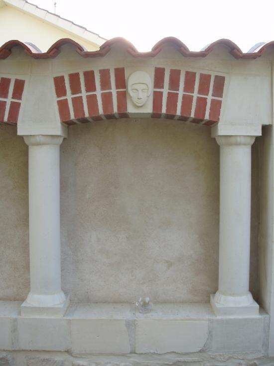 Vue sur l'une des arcades du mur intérieur de la proprieté.