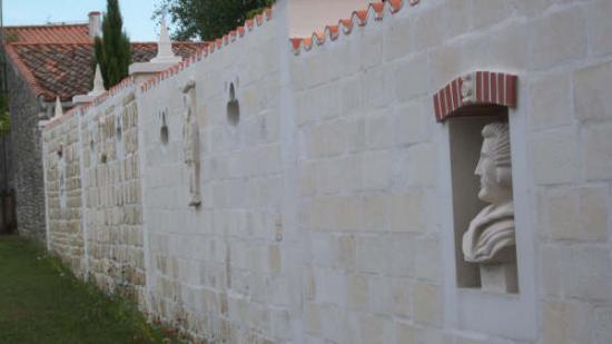 Vue du mur côté  chemin de la Loge du Bailly.